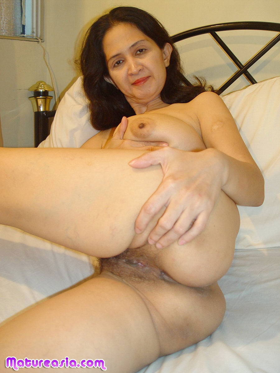 Hot nude latinas barefoot